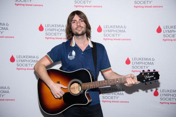 robert schwartzman con su guitarra