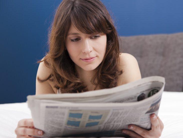 mujer leyendo periodico