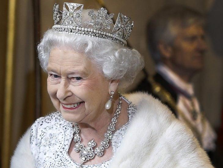 Mujer anciana reina con corona