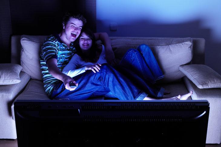 pareja viendo televisión en el sofá