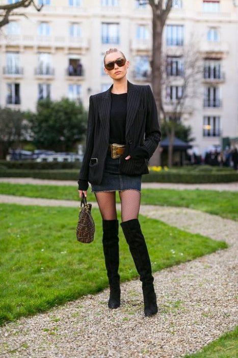 blazer falda y botas largas