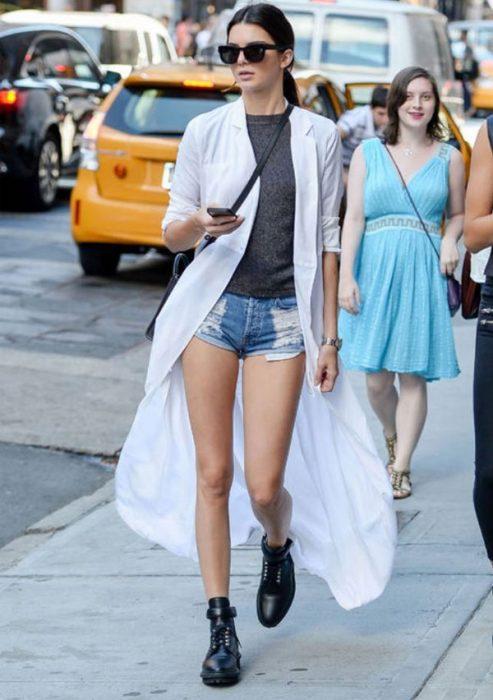 cardigan blanco shorts de mezclilla y botas