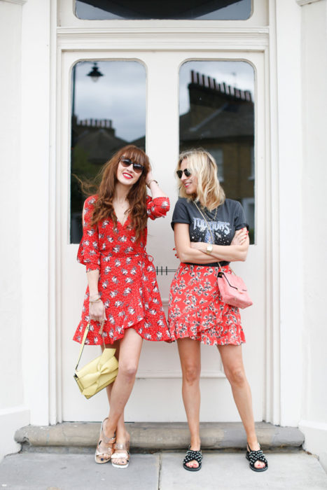 chicas con vestidos tea dress rojo con estampado