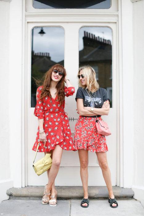 chicas con vestidos tea dress rojo con estampado
