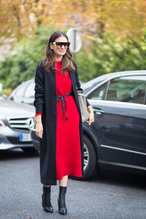 vestido midi rojo y cardigan
