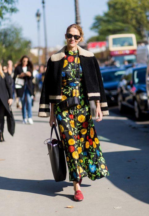 vestido floral y mocasines