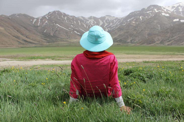chica sentada en el prado
