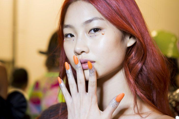 uñas naranja intenso