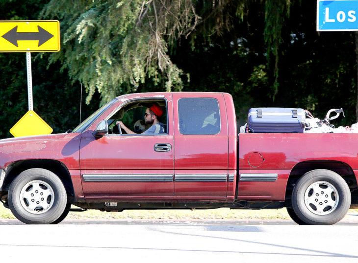 chico conduciendo su camioneta roja