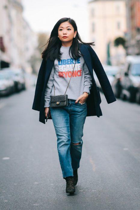 sudadera con jeans y blazer