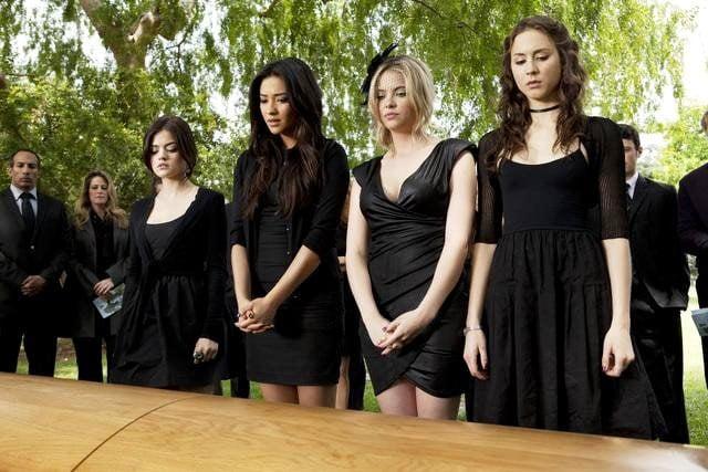 chicas en un funeral