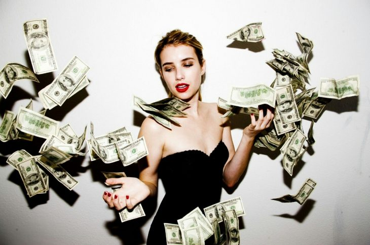 chica con dinero en mano