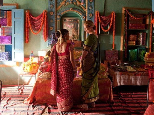 chicas en un templo religioso