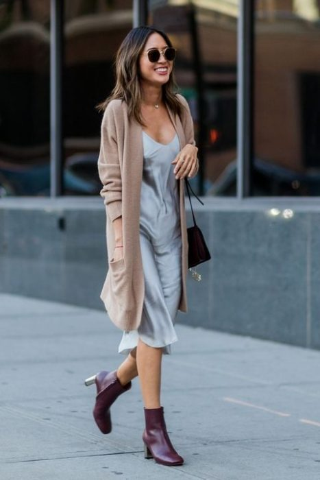 Vestido satinado y suéter largo