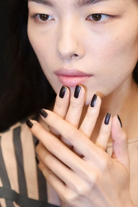 lineas negras uña natural