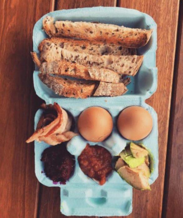 desayuno en carton de huevo