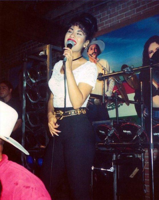 chica cantando en el escenario