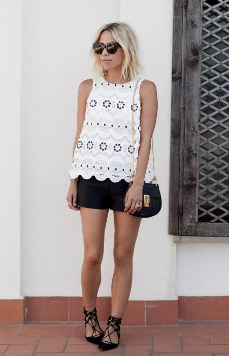 Chica usando flats de bailarinas con shorts