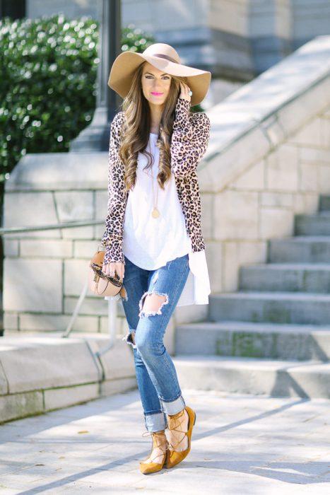 Chica usando flats de bailarinas con jeans