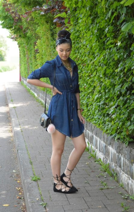 Chica usando flats de bailarinas con vestido de jeans