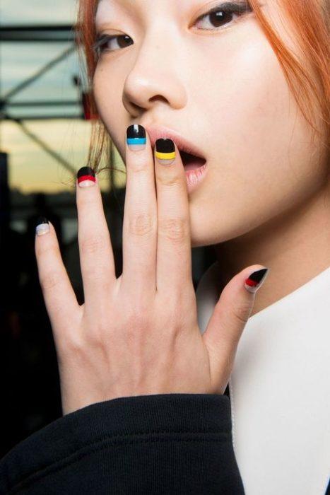 negro y lineas de colores uñas