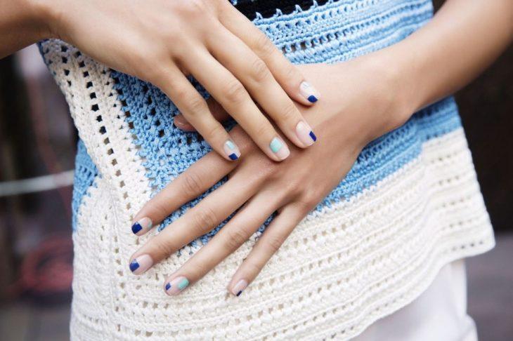 cuadritos azules uñas