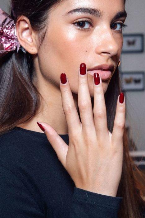 rojo intenso uñas