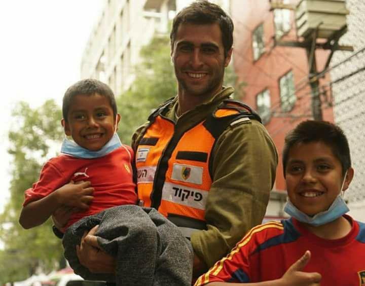 chico cargando a niños