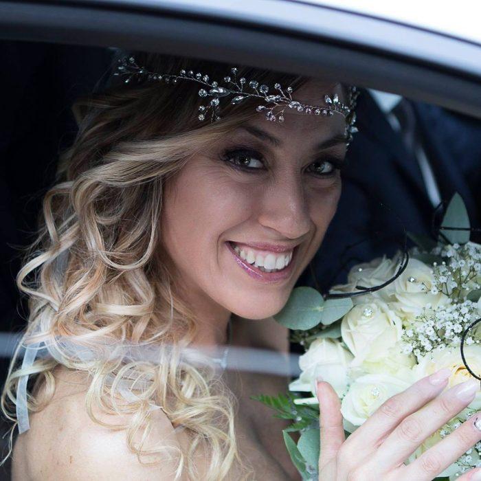 mujer rubia con ramo de flores
