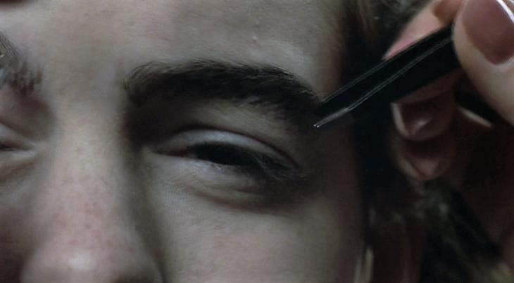 ojo de mujer depilandose ceja