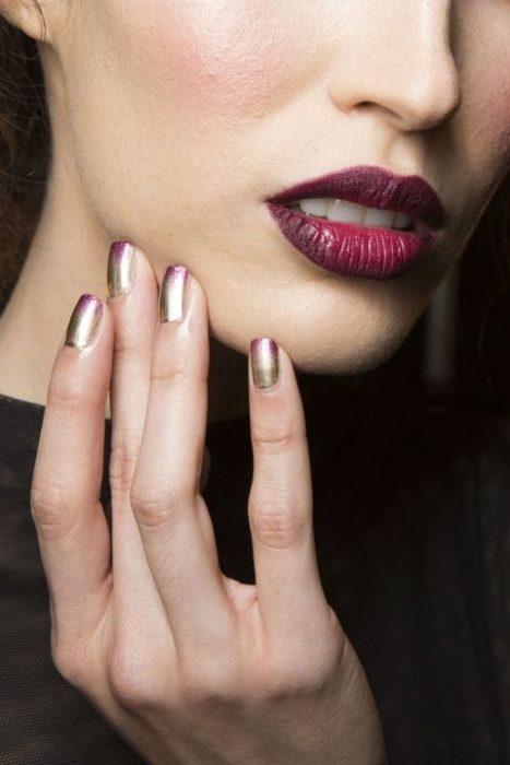 uñas con puntas lilas