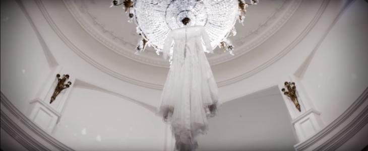 vestido de novia y candelabro