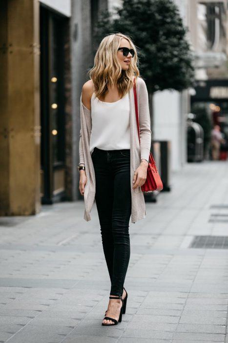jeans oscuros y blusa de seda
