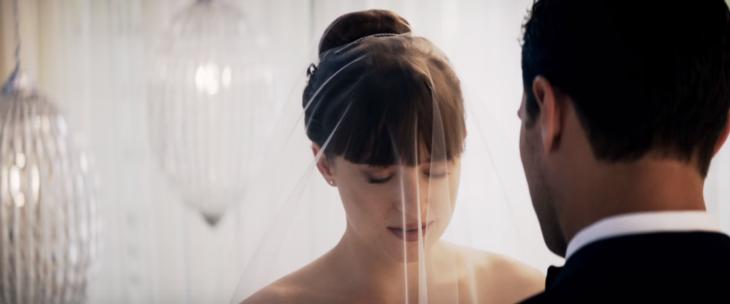 mujer con fleco, chongo y velo de novia