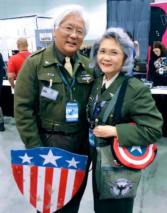 Abuelos disfrazados como los personajes del capitán america
