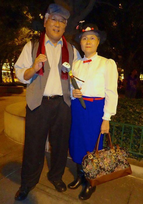 Pareja de abuelitos disfrazados con cosplay