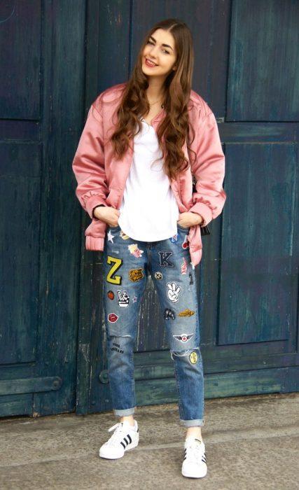 Chica usando una bomber jacket rosa brillosa