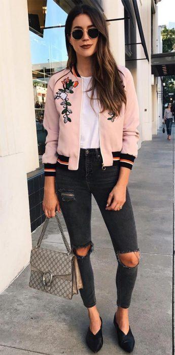 Chica usando una bomber jacket rosa con estampados