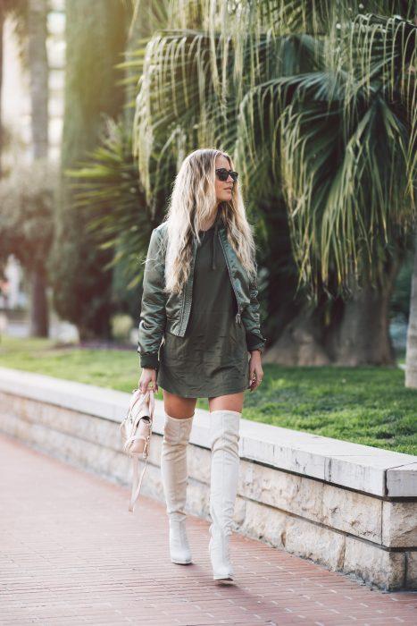 Chica usando una bomber jacket verde militar