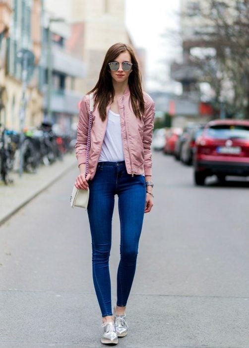Chica usando una bomber jacket color rosa