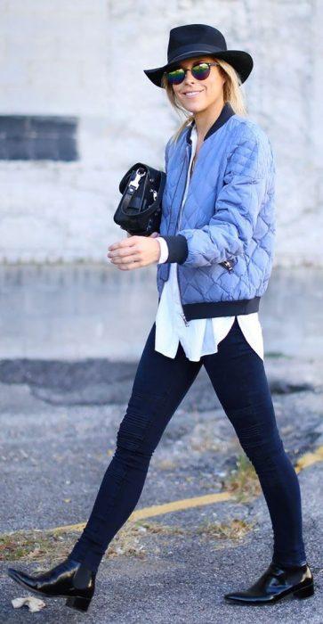 Chica usando una bomber jacket color azul