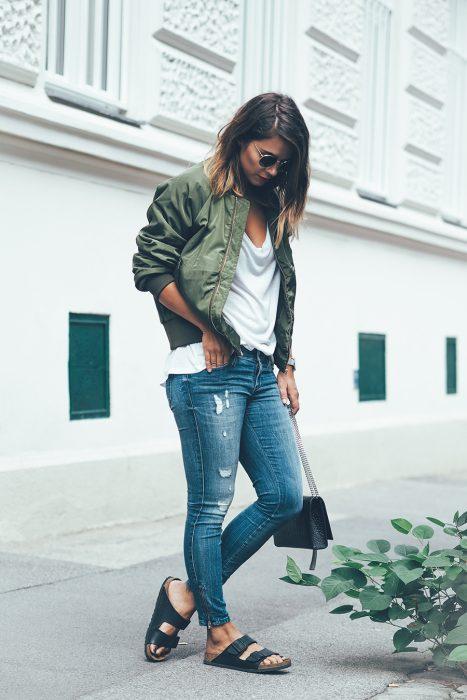 Chica usando una bomber jacket color verde militar