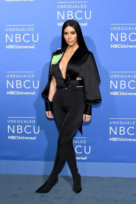 Kim Kardashian posando para una fotografía durante una alfombra roja