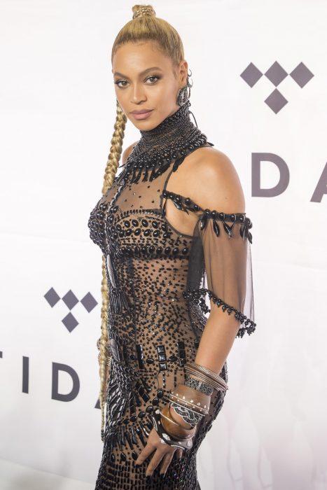 Beyoncé posando para una fotografía durante una alfombra roja
