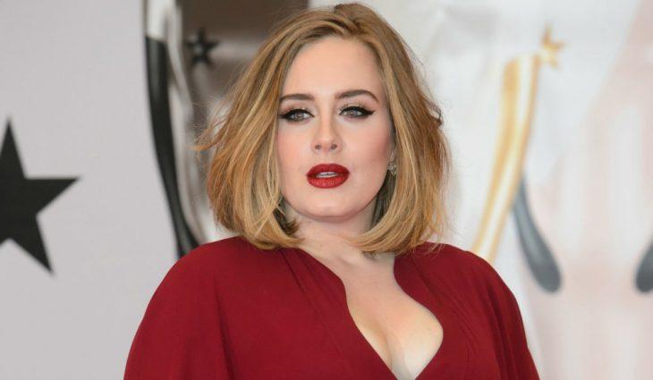 Adele posando para una fotografía durante una alfombra roja