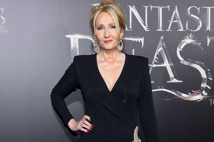 J.K Rowling posando para una fotografía durante una alfombra roja