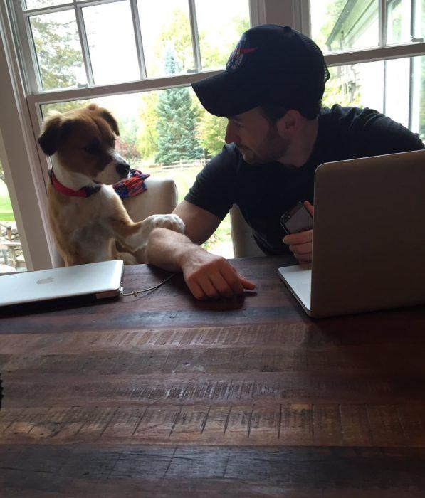 chico y su perro a la mesa