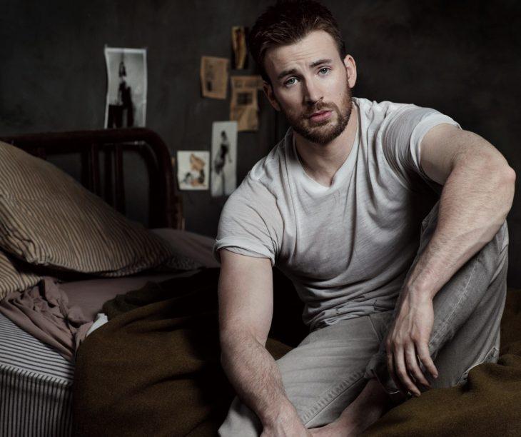 chico musculoso sentado en la orilla de la cama