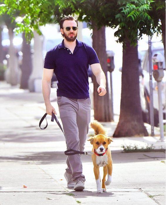 chico guapo paseando a su perro