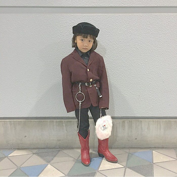 Niña fashionista usando gabardina